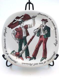 Das charmante kleine Platte wurde vom berühmten Schweizer Künstler Kurt Wirth entworfen und hergestellt von der Porzellanfabrik Langenthal AG für Swissair in den späten 1980er Jahren bis Anfang der 90er. Es ist Teil einer Reihe von vier entworfen von Wirth, die Exclusive Passagiere auf der Luxus-Airline als Geschenke gegeben wurden. Herr Wirth verstarb 1996, Swissair zerfiel im 2002 und weiße Porzellan-Manufaktur in der Stadt Langenthal wurde 1998 nach Tschechien ausgelagert, so ist dies…