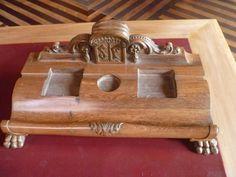 porta trecos que fica sob a mesa, em madeira.