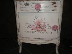 Mesa de luz con transferencias y decoupage con tirador rosa de ceramica