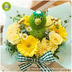 キュート!ポンポンマム(菊の花)で出来たカッパのフラワーアレンジメント。Cute! Kappa (Japanese water sprite) doll made with chrysanthemums.