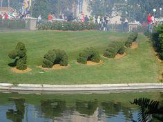 nessie topiary - Google zoeken Outdoor Sculpture, Garden Sculpture, Topiary Garden, Loch Ness Monster, Popular Culture, Golf Courses, Google
