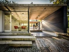 Located in Alta Gracia, Argentina, the Suburban House by STC Arquitectos is a modern residence that evokes its surroundings and local history. Modern House Design, Modern Interior Design, Interior And Exterior, Architecture Résidentielle, Suburban House, My House, Beautiful Homes, House Ideas, Building