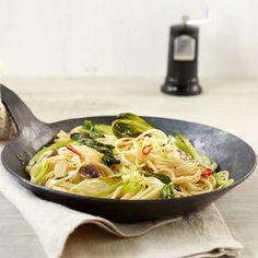 Chili und Sardellen machen die Pasta schön scharf und würzig. Klasse! Rice Pasta, Pasta Dishes, One Pot Meals, Main Meals, Kitchen Maid, Asian Recipes, Ethnic Recipes, Yummy Recipes, One Pot Pasta
