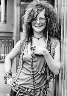 NEW YORK - JUNE Blues singer Janis Joplin on the roof garden of the Chelsea Hotel in June 1970 in New York City, New York. (Photo by David Gahr/Getty Images) Mode Woodstock, Woodstock Fashion, Rock And Roll, Blues Rock, Celebrities Who Died, Celebs, Rockers, Freddie Mercury, Jazz