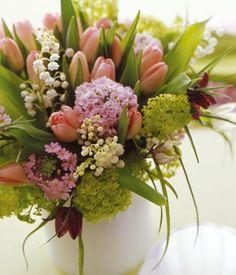 Frühsommerstars wie Maiglöckchen und Schachbrettblume verabschieden den Frühling.