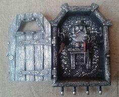 Ключница выполнена в виде старинной массивной двери,за которой вас ожидает домовой,всегда готовый взять на ответственное хранение пару связок ключей.Здесь страж ключницы за работой.