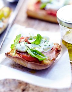 Recette Tartines italiennes au prosciutto : Préchauffez le four sur th. 3-4/110°.Coupez les tomates en rondelles, saupoudrez-les d'origan, de fleur de sel, de...