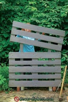10 DIY Cheap Garden Fencing Projects awesome easy pallet fencing The post 10 DIY Cheap Garden Fencing Projects appeared first on Pallet Diy. Cheap Garden Fencing, Diy Fence, Diy Garden Projects, Diy Pallet Projects, Pallets Garden, Wood Pallets, Euro Pallets, Wood Pallet Fence, Pallet Walls