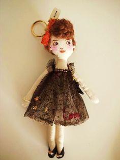 女の子のバッグチャームです。チュールの刺繍入りドレス、レザーのバッグにパールのアクセサリーを付けておすましなパーティファッション。お気に入りのバッグに付けて ... ハンドメイド、手作り、手仕事品の通販・販売・購入ならCreema。 Textile Jewelry, Fabric Jewelry, Felt Purse, Tiny Treasures, Clay Dolls, Soft Dolls, Fabric Dolls, Handmade Art, Beautiful Dolls
