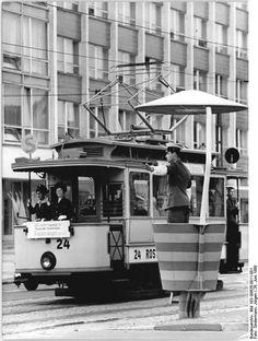 http://www.app-in-die-geschichte.de/documents/59 Zentralbild Sindermann 26.6.1968 Rostock: Fahrbahn frei für den Straßenbahn-Triebwagen aus dem Jahre 1905, mit dem Jubiläumsgäste zur 750-Jahrfeier befördert werden