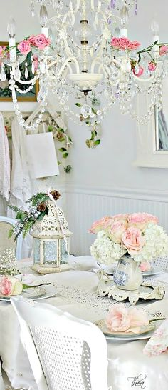 White, pink and glam dinning room. Shabby chic