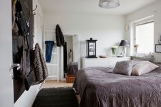 Acogedor estilo nórdico con velas, textiles y chimenea