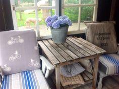 2 oude stoelen geverfd met Annie Sloan Chalk paint. Paris grey gemengd met old white. Kussens bekleed met postzak, restjes windscherm en fleece.