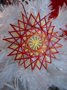 Fireburst straw star ornament par RedRowanDesigns sur Etsy, $8.00