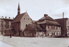 Otoczenie kościoła św. Idziego w czerwcu 1904 r., widać dom kapitulny przy kościele św. Idziego, jeszcze przed remontem i wyburzeniem przybudówki w 1911 r. Krakow, Beautiful Buildings, Planet Earth, Arsenal, Old Photos, Barcelona Cathedral, Poland, Planets, Black And White