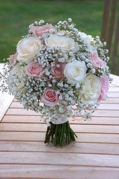 Sweet Avalanche and Avalanche by Meijer Roses styled by Green Room Flowers in a classic way for a happy bride! (photo Green Room Flowers)