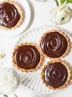 Chocoladefanaten gaan freaken, als ze hun tanden in deze taartjes zetten! De combinatie van een krokant deeg dat je natuurlijk zelf maakt (het is t... Yummy World, Sweet Pie, Pie Cake, High Tea, No Bake Desserts, Let Them Eat Cake, Baked Goods, Sweet Tooth, Cheesecake
