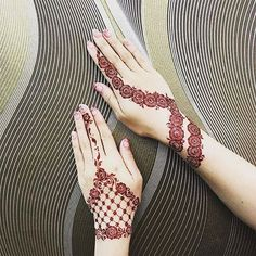 Mehndi is an art where an artist applies various henna tattoos on a girl's hands feet and other body parts. Mehndi Designs for bridals are amazing body art. Simple Mehndi Designs Images, Stylish Mehndi Designs, Mehndi Designs For Fingers, Henna Designs Easy, Beautiful Mehndi Design, Henna Tattoo Designs, Henna Images, Tattoo Ideas, Henna Tattoos