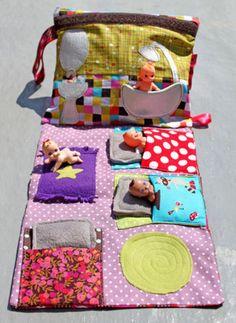 Hoe kom je er op: een draagbaar poppenhuis!! :) En als jongensvariant knutselen we gewoon een garage in elkaar. Ideaal voor onderweg!