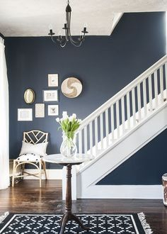 Bold and dramatic or stately and traditional, it& all achievable with these navy blue walls. Navy Accent Walls, Navy Blue Walls, Green Walls, Navy Blue Rooms, Blue Painted Walls, Painted Stairs, Living Room Paint, Living Room Decor, Dining Room