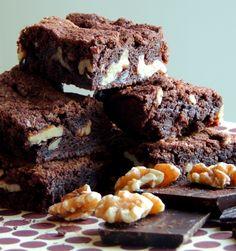 """""""Kan du ikke bare lave en helt almindelig chokoladekage - en Brownie?"""" spurgte min familie mig om den anden dag. Jeg tror, det er manges favorit kage. Udfordringen ved en Brownie er, ikke at bage den for længe, så den bliver tør. Den skal være bagt i kanten, men ubagt i midten. På den måde… Cookie Pie, Dessert Recipes, Desserts, No Bake Cake, Brownies, Food Porn, Food And Drink, Cupcakes, Sweets"""