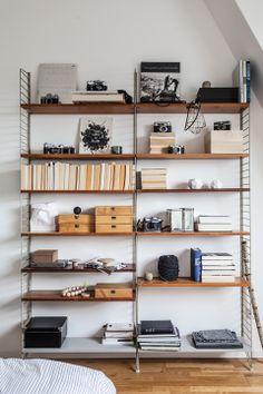 Styling snapshots - Coco Lapine Design / String shelf, cinza com madeira Home Design Decor, Home Interior Design, House Design, Living Room Styles, Living Spaces, Living Rooms, String Regal, String Shelf, Style Salon