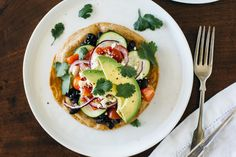 (gluten-free) Black bean Mexican pizza on cassava flour tortillas. A healthy, vegetarian version of a Mexican pizza. Healthy Sushi, Healthy Pizza, Healthy Eating, Cooked Sushi Recipes, Whole Food Recipes, Healthy Recipes, Vegetarian Main Meals, Vegetarian Mexican, Mexican Pizza