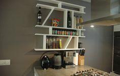 Frame is ontworpen vanuit een specifieke behoefte voor een passende keukenkast. In formaat en ontwerp sluit de kast aan bij de context waarin deze zich bevindt. De verschillende vakken creëren als geheel een dynamisch ogende en handige kast voor in de keuken.