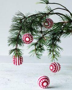 """93 tykkäystä, 1 kommenttia - Suuri Käsityö (@suurikasityo) Instagramissa: """"Hyvää joulua. @suurikasityo #marras-joulukuunnumero #joulupallo #virkkaus"""" Christmas Wreaths, Christmas Bulbs, Malta, Glitter, Holiday Decor, Instagram Posts, Diy, Malt Beer, Christmas Light Bulbs"""