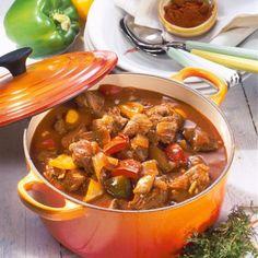 Ungarisches Paprika-Gulasch Rezept  750g gemischtes Gulasch 1Gemüsezwiebel 1Knoblauchzehe 2-3Stiel(e) frischer oder 1/2TL getrockn. Thymian 2EL Öl, 2 EL Tomatenmark 1-2EL Mehl, Salz, Pfeffer 1EL Edelsüß-Paprika 3große Paprikaschoten abgeriebene Schale von1unbehandelten Zitrone