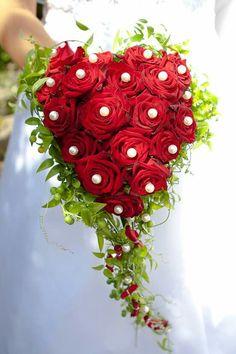 Brautstrauß mit roten Rosen und Perlen in Herzform. I love it!  Fotografiert von Hochzeitsfotograf  Oliver Knorr www.Hochzeit-Niederrhein.de