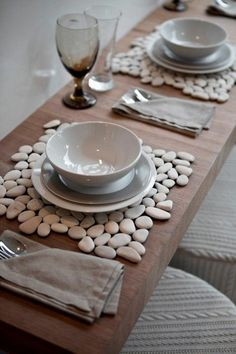table placemats created with white pebbles plus other projects w stonesCreative Craft Ideas, Making Home Decorations with Beach Pebbles - DIY light, fast and cheap table decoration ideas to amaze - Making Furniture yourself DIY Transparent pap Diy Home Crafts, Creative Crafts, Diy Home Decor, Arts And Crafts, Cheap Table Decorations, Decoration Table, Garden Decorations, Diy Para A Casa, Stone Crafts