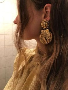 gold statement earrings inspired by the beach. Royal Jewelry, Gold Jewelry, Jewelry Accessories, Fashion Accessories, Fashion Jewelry, Jewelry Design, Jewellery, Gold Fashion, Fashion Earrings