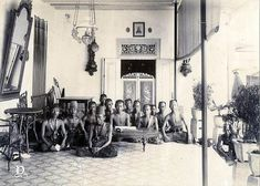 Indonesian Women, Surakarta, Dutch East Indies, Javanese, Old Pictures, Lamps, Nostalgia, Royalty, Photograph