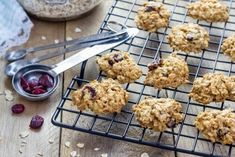 oatmeal cranberry cookies on a cooling rack Cranberry Cookies, Orange Cookies, Cranberry Almond, Holiday Cookies, Biscuits Végétaliens, Oatmeal Biscuits, Oatmeal Breakfast Cookies, Cookies Et Biscuits, Cookie Desserts