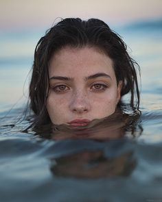 Beach Photography Poses, Creative Portrait Photography, Photography Portfolio, People Photography, Foto Face, Kreative Portraits, Girl In Water, Photoshoot Themes, Shooting Photo
