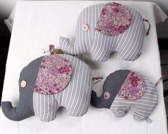 Bouillotte sèche éléphant, noyaux de cerise, tons gris et rose, tissu Liberty Baby Couture, Baby Toys, Sewing Crafts, Diy And Crafts, Dinosaur Stuffed Animal, Elephant, Pouch, Etsy, Handmade