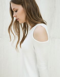 T-shirt efeito canelado assimétrica ombro à mostra - New - Bershka Portugal