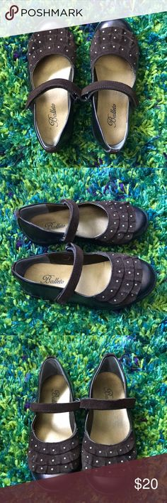 Súper cute metallic ballets girl flats Pre loved super cute metallic ballets girl flats. Size 11. Perfect for casual and formal wear balleto Shoes Dress Shoes