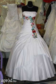 My dream wedding dress   source:http://olx.hu/hirdetes/kalocsai-uj-menyasszonyi-es-menyecske-ruhak-eladok-kolcsonozhetok-ID11T8d.html