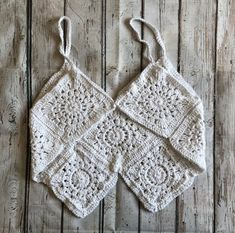Aprendiendo a hacer Tops de grannys ¡¡ super sexys !! | Grannysquare.eu Crochet Crop Top, Crochet Bikini, Crochet Designs, Crochet Patterns, Lily, Crop Tops, Boho, Knitting, Womens Fashion
