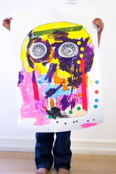 Giant Dia De Los Muertos Skulls: A fun Process Art Project to celebrate the Day of the dead with kids Halloween Arts And Crafts, Halloween Activities For Kids, Spooky Halloween Decorations, Art Activities For Kids, Halloween Kids, Kids Art Class, Art For Kids, Projects For Kids, Art Projects