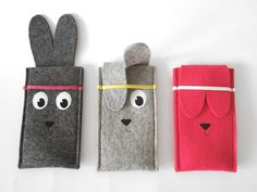 Woolfelt konijn iPhone mouw van TanteEef op Etsy and like OMG! get some yourself some pawtastic adorable cat apparel! Felt Crafts Diy, Felt Diy, Felt Phone Cases, Iphone Cases, Capas Kindle, Pochette Portable, Felt Purse, Family Crafts, Felt Patterns