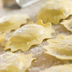 Mélangez la farine et le sel dans un récipient.Formez un puits et cassez-y les œufs.Travaillez la pâte en pétrissant légèrement.Ajoutez l'eau si nécessaire. La pâte doit rester souple et ferme.Laissez reposer au frais pendant 30 minutes.Divisez la pâte en deux. Sur le plan de travail fariné, abaissez les deux morceaux de pâte au rouleau sur 2 mm (ou utilisez une machine à ravioli, plus facile pour réaliser une pâte très fine et régulière).Répartissez la farce de votre choix en petits tas ...