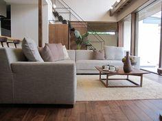 ウォールナット材の床にウォールナット無垢材の家具をチョイスしたコーディネート実例!リゾートをイメージした広いリビングがおすすめです