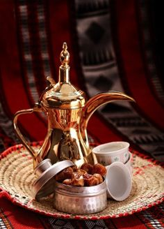 This Arabic coffee pot is simply stunning - you just don't see things like this at Walmart. Arabic Tea, Arabic Coffee, Turkish Coffee, Arabic Food, Coffee Set, Coffee Cafe, V60 Coffee, Coffee Break, Morning Coffee