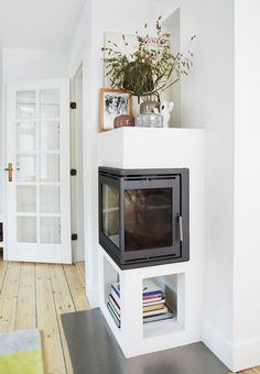 Fireplace used as a bookshelf and a spot for displaying pictures and placing flowers. Bauhaus Interior, Interior Architecture, Interior Design, Living Spaces, Living Room, H & M Home, White Houses, Small Apartments, Home Decor Inspiration