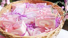 Sabonete artesanal com formato de sapatinho de bebê. Cores: Lilás, rosa, verde, amarelo, azul e vermelho. <br> <br>Valor é pelo par.