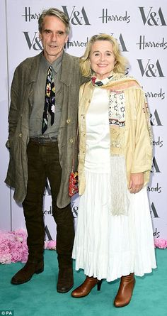 A very eccentric couple Jeremy Irons arrived with his wife Sinead Cusack Yellow Gown, Purple Gowns, Actors Male, Actors & Actresses, British Actors, American Actors, Sinead Cusack, Jeremy Irons, Max Irons