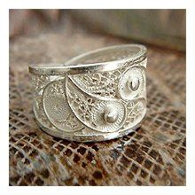 i love the intricacy and delicacy of the paisley in this ring.  soooo beautiful.
